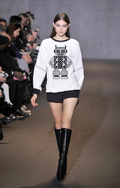 फैशन वीक के दौरान रैंप पर कैट वाक करती एक मॉडल।