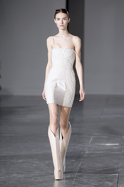 फैशन वीके दौरान रैंप पर चलती एक मॉडल।