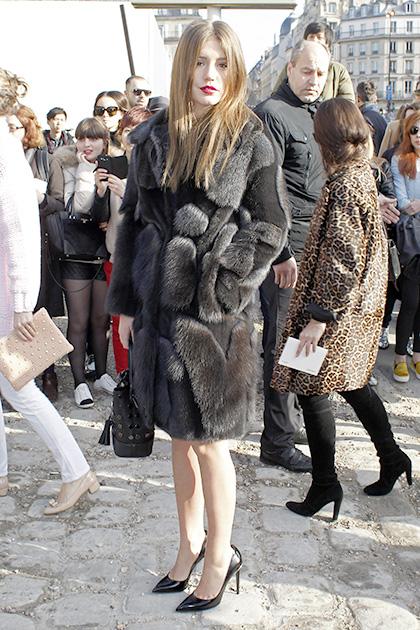 पेरिस फैशन वीक के दौरान अभिनेत्री एडिल।