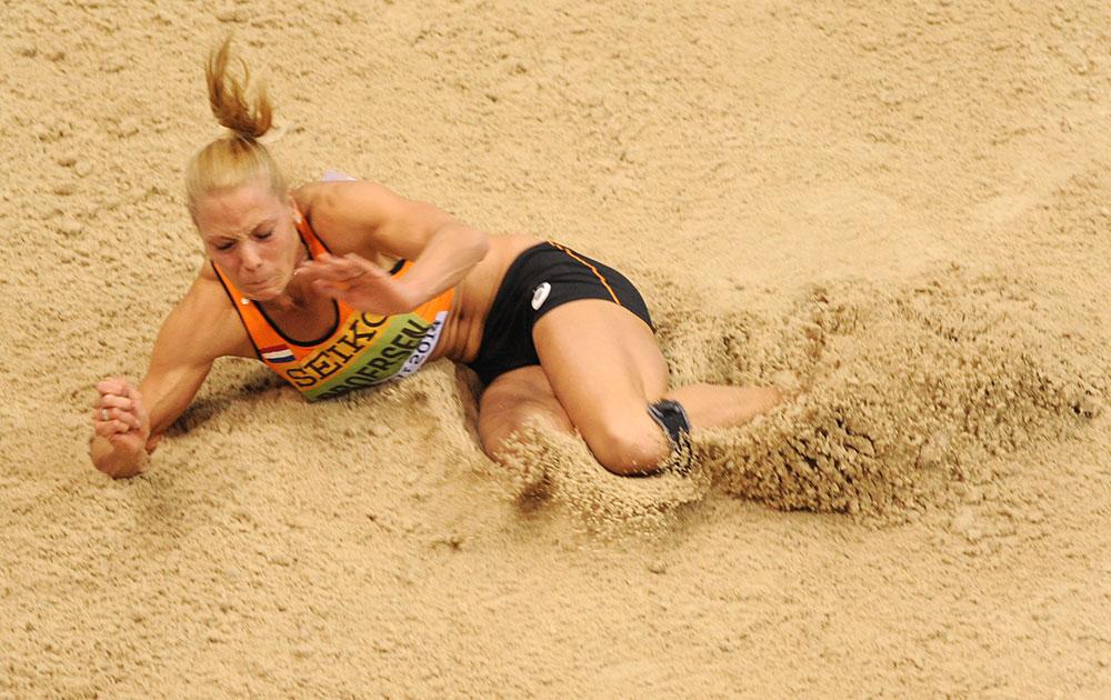 पोलैंड के सोपोट में लंबी दूरी की कूद में हिस्सा लेती नीदरलैंड की नैदिन ब्रोएरसन।