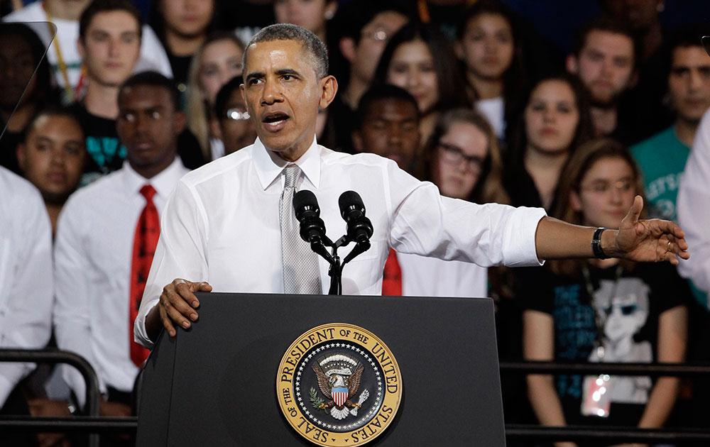 मियामी के कोरल रीफ हाई स्कूल में लोगों को संबोधित करते अमेरिकी राष्ट्रपति बराक ओबामा।