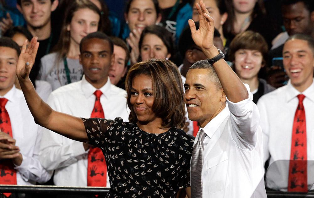 मियामी के एक स्कूल में अमेरिकी राष्ट्रपति बराक ओबामा अपनी पत्नी मिशेल के साथ।