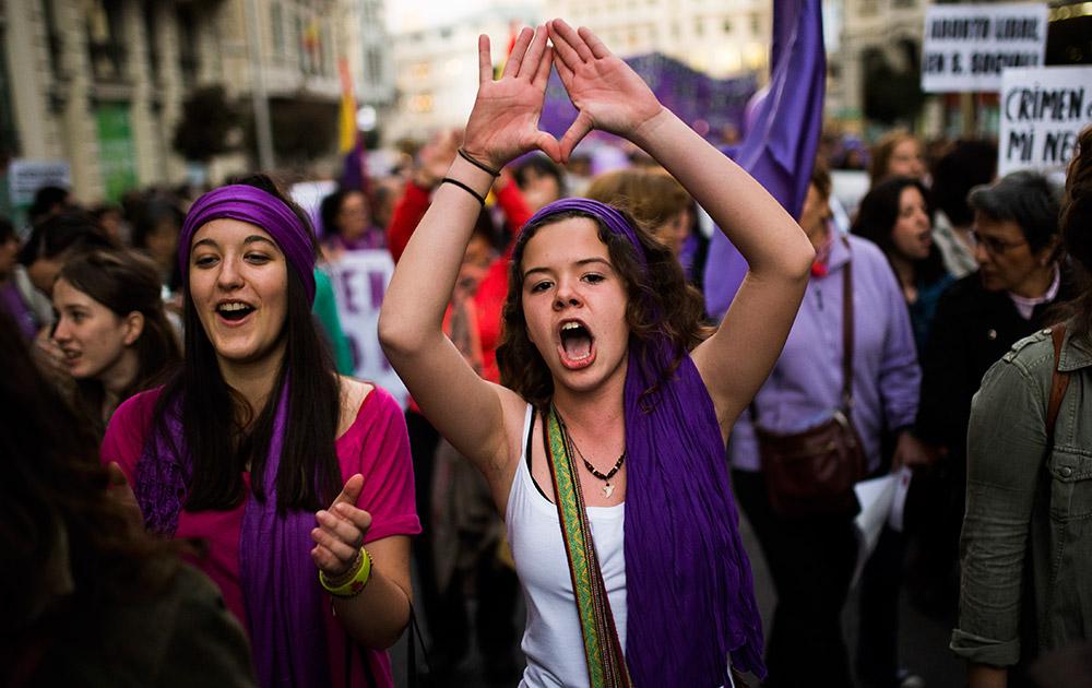 मेड्रिड में सरकार के खिलाफ प्रदर्शन करतीं महिलाएं।
