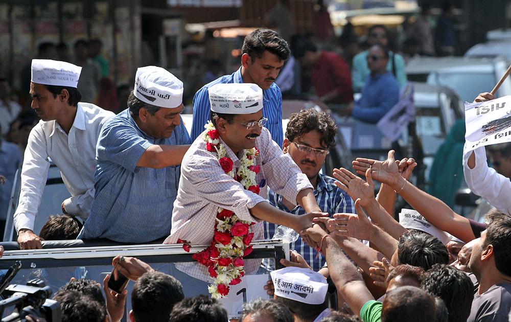 अहमदाबाद में रोड-शो के दौरान आम आदमी पार्टी के संयोजक अरविंद केजरीवाल।