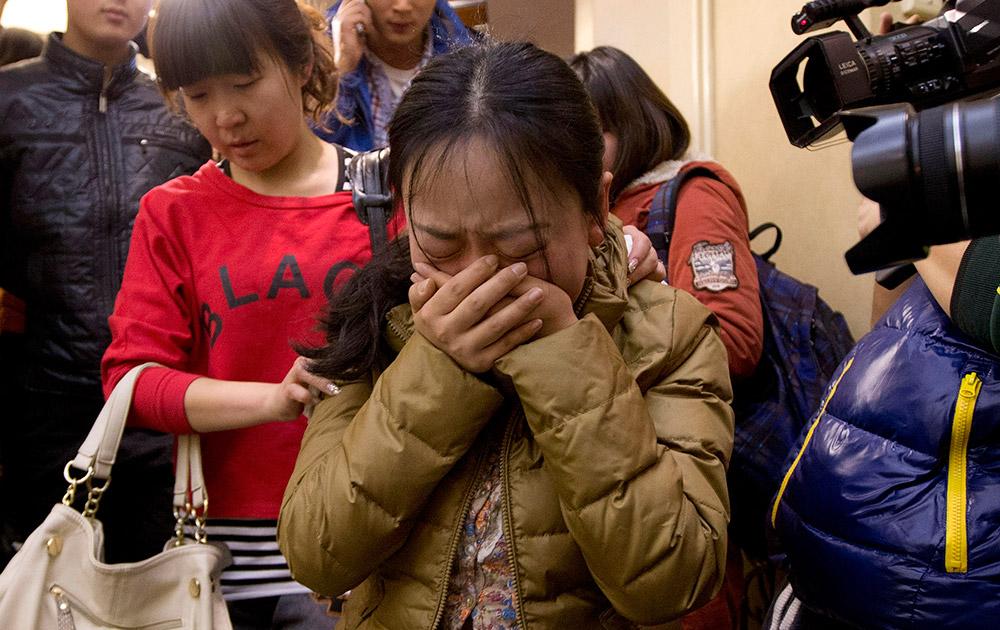 मलेशिया विमान के लापता होने की खबर पाकर चिंतित यात्रियों के परिजन।