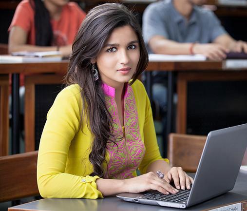 '2 स्टेट्स' एक रोमांटिक-ड्रामा फिल्म है।  फिल्म में अर्जुन कपूर और आलिया ने रोमांटिक कपल का किरदार निभाया है।