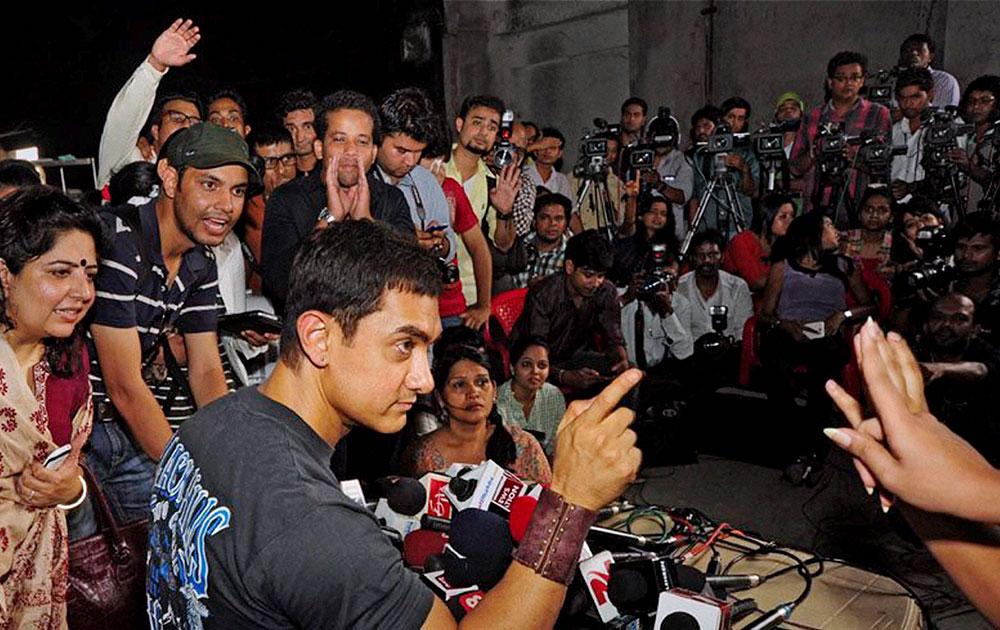 मुंबई में सिनेमा से जुड़े एक कार्यक्रम में सवालों के जवाब देते आमिर खान।