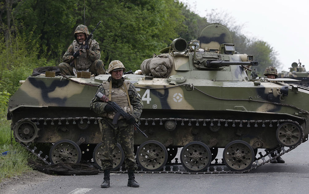 स्लोवीयांस्क जाने वाली सड़क पर टैंक के साथ यूक्रेन के सिपाही