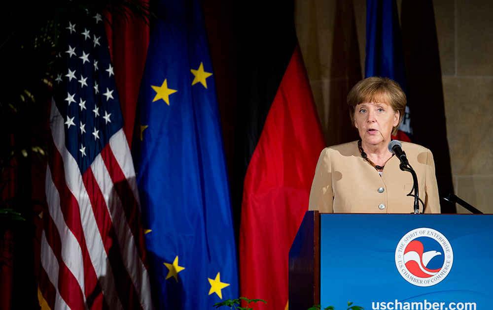 वाशिंगटन में यूएस चैंबर ऑफ कामर्स में लोगों को संबोधित करतीं जर्मनी की चांसलर एंजेला मर्केल।