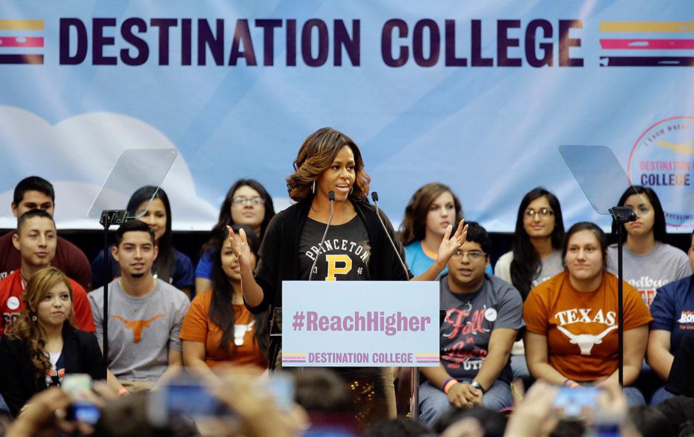 सैन एंटोनियो में एक कार्यक्रम के दौरान छात्रों से बात करतीं अमेरिका की पहली मिहला मिशेल ओबामा।