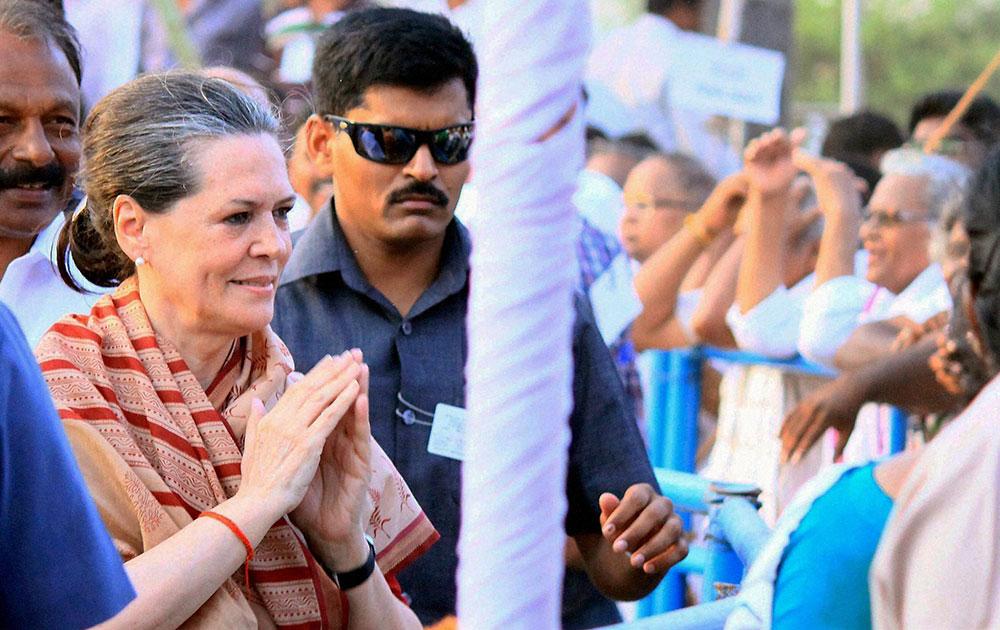 गुंटूर में एक चुनावी रैली के दौरान कांग्रेस अध्यक्ष सोनिया गांधी।