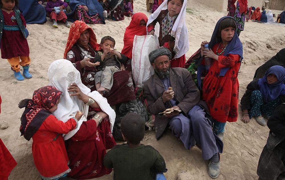 आफगानिस्तान में भू स्खलन के बाद राहत शिविर में प्रभावित लोग।