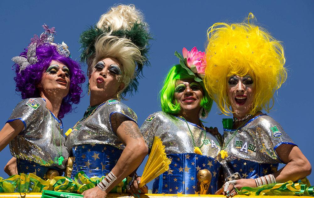 ब्राजील के साउ पाउलो में गे प्राइड परेड के दौरान समलैंगिक।