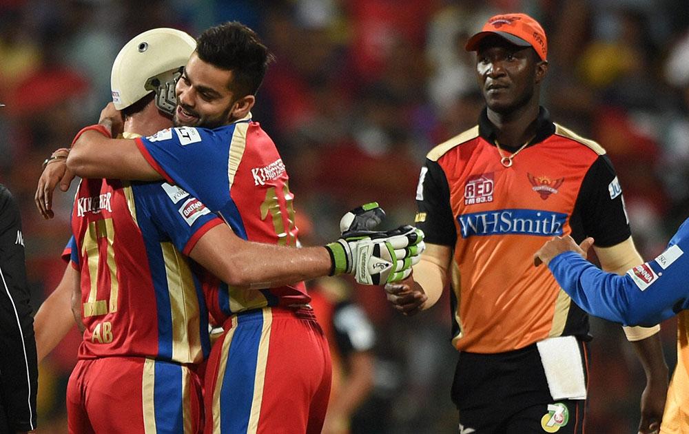 शानदार पारी खेलने को लेकर रायल चैलेंजर्स बैंगलुरु के विराट कोहली एबी डिवेलियर्स को गले लगाते हुए।