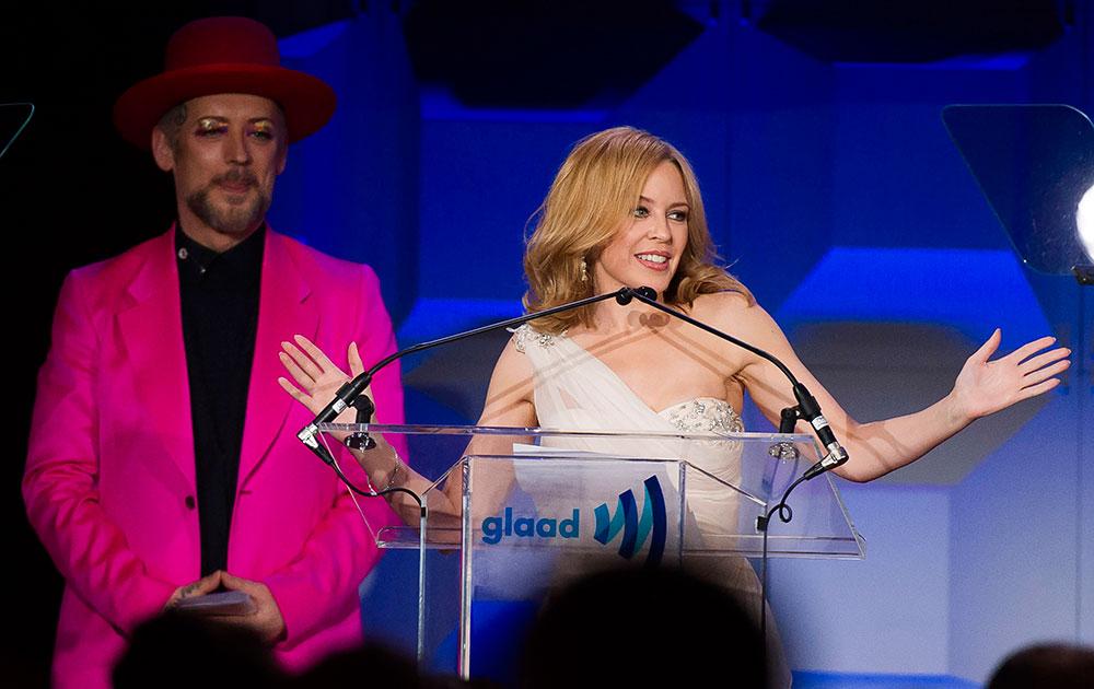 GLAAD Media Awards के दौरान अदाकारा केली मिनाग परफॉर्म करते हुए।
