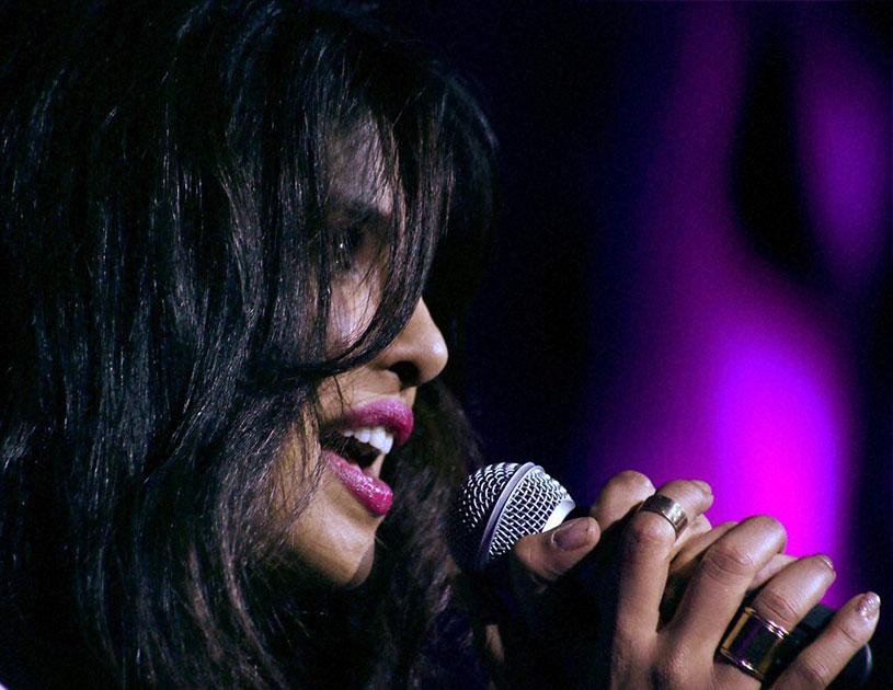 मुंबई में अपने नए वीडियो एल्बम का एक गीत प्रस्तुत करती अभिनेत्री प्रियंका चोपड़ा।