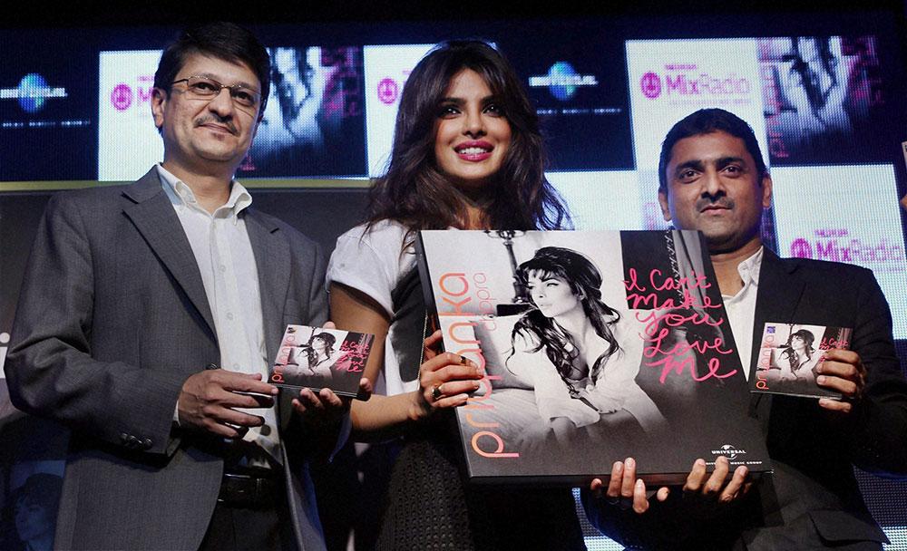 मुंबई में अपने नए म्यूजिक वीडियो को लांच करती अभिनेत्री प्रियंका चोपड़ा।