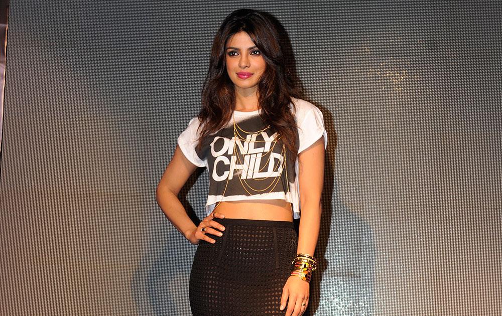 मुंबई में अपने नए एल्बम 'आइ कैन नाट मेक यू लव मी' को लांच करने के मौके पर अभिनेत्री प्रियंका चोपड़ा।