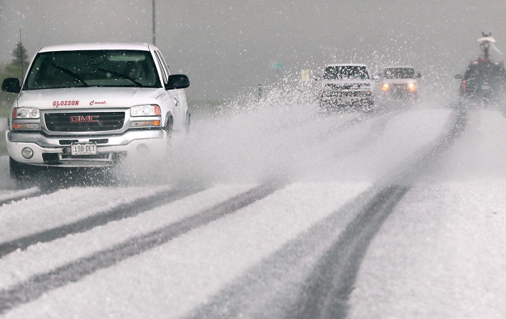 अमेरिका के कोलो में टोरननैडो तूफान के साथ बर्फीली हवाएं भी चली जिससे बर्फ की चादर सड़क पर बिछ गई।