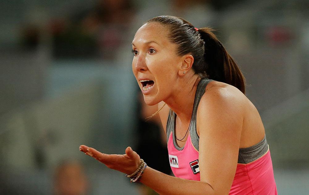 सर्बिया की टेनिस खिलाड़ी जेलेना जानकोविक मैड्रिड ओपन टेनिस टूर्नामेंट में जीत हासिल करने के बाद।