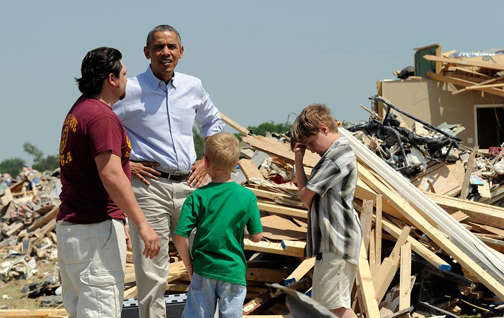 अमेरिका के कुछ इलाकों में टोरनैडो तूफान ने भारी तबाही मचाई, इसीका जायजा लेते अमेरिकी राष्ट्रपति बराक ओबामा।