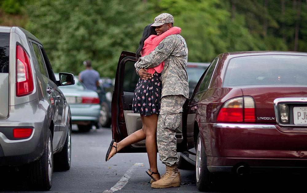 अफगानिस्तान रवाना होने से एक पहले एक अमेरिकी सार्जेंट अपनी पत्नी से विदाई लेता हुआ।
