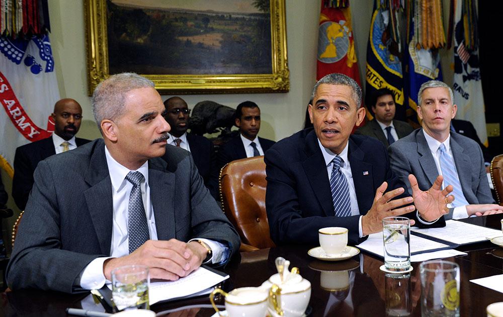 अपने प्रशासन के सहयोगियों के साथ बैठक करते अमेरिकी राष्ट्रपति बराक ओबामा।