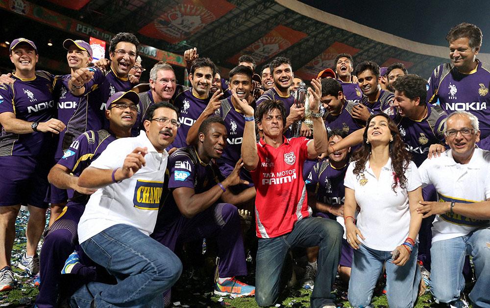 आईपीएल-7 का खिताब जीतने के बाद केकेआर के खिलाड़ियों के साथ टीम के सह-मालिक अभिनेता शाहरुख खान।