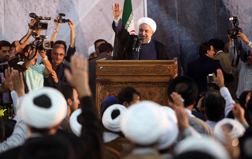 तेहरान में इरान के राष्ट्रपति हसन रूहानी लोगों से संबोधित करते हुए।