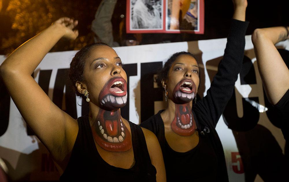 ब्राजील के रियो डि जेनेरो में अच्छी सैलरी और काम के बेहतर माहौल के लिए प्रदर्शन करती महिलाएं।