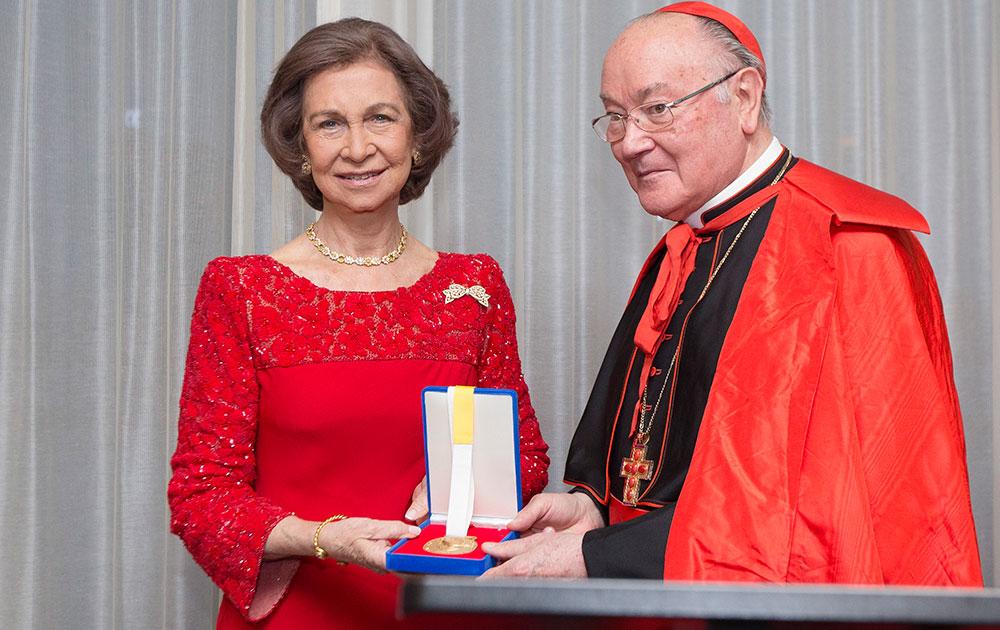 संयुक्त राष्टर मुख्यालय में आयोजित एक समारोह में स्पेन की महारानी सोफिया को शांति पुरस्कार का मेडल प्रदान करते कैथोलिक कार्डिनल रेनाटो रफेल।