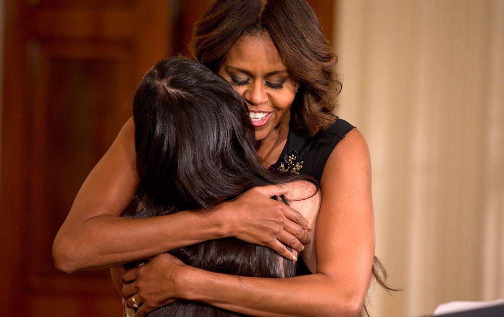व्हाइट हाउस के पूर्वी कक्ष में आयोजित ज्वाइनिंग फोर्सेज इनिसिएटिव इवेंट की घोषणा को दौरान फिलाडेल्फिया के क्रिस फ्यूनटिस से गले लगती अमेरिका की पहली महिला नागरिक मिशेल ओबामा।
