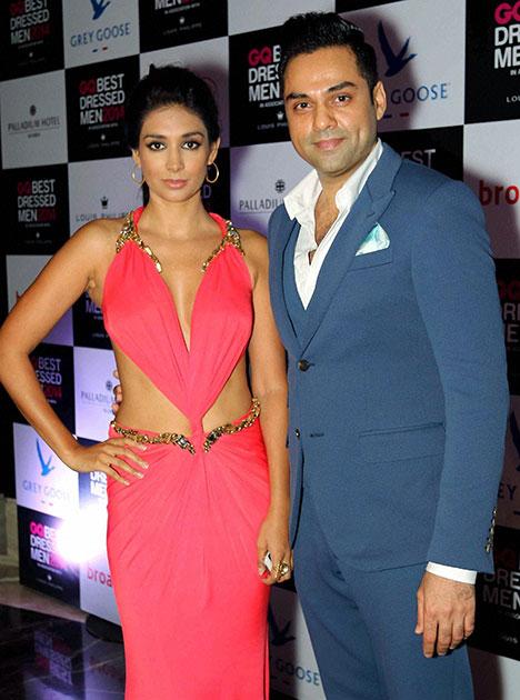 मुंबई में जीक्यू बेस्ट ड्रेस्ड मेन 2014 समारोह में शिरकत करते बॉलीवुड अभिनेता अभय देओल और अभिनेत्री प्रीति देसाई।