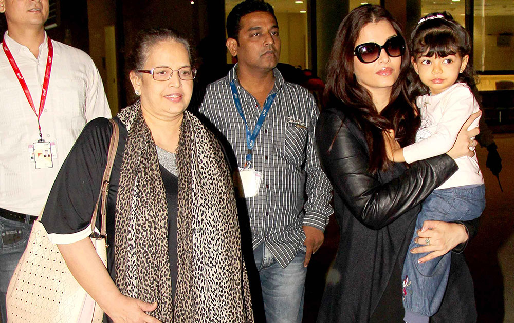 मुंबई एयरपोर्ट पर बेटी आराध्या के साथ ऐश्वर्या राय।