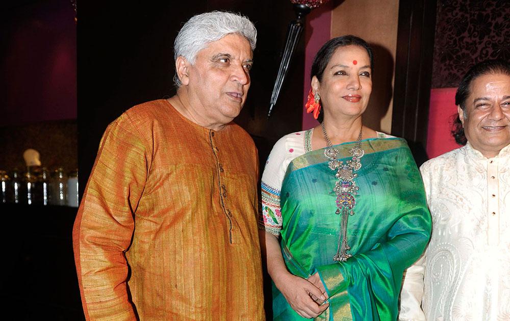 मुंबई में एक समारोह के दौरान जावेद अख्तर, शबाना आजमी और अनूप जलोटा।