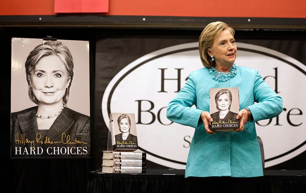 कैम्ब्रिज में अपनी नई किताब 'हार्ड च्वायसेज' के साथ अमेरिका की पूर्व विदेश मंत्री हिलेरी क्लिंटन।