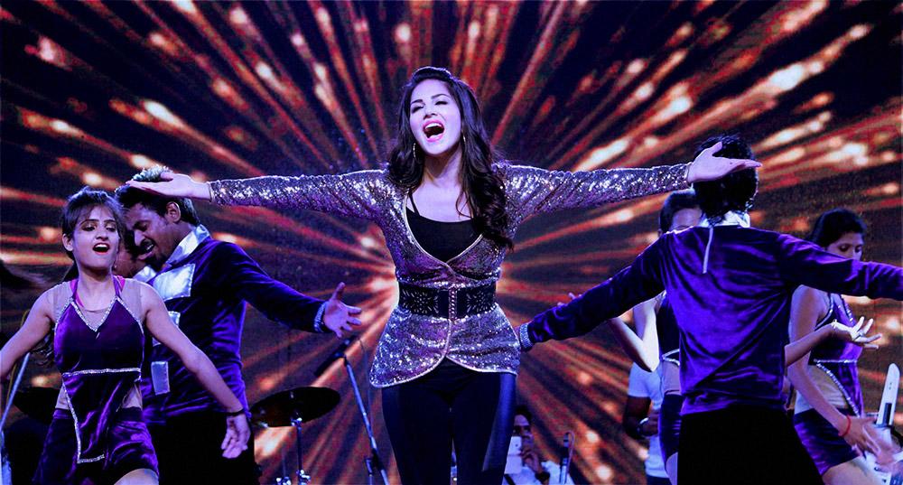 जयपुर के एक कार्यक्रम में शिरकत करती अदाकारा सनी लियोन।