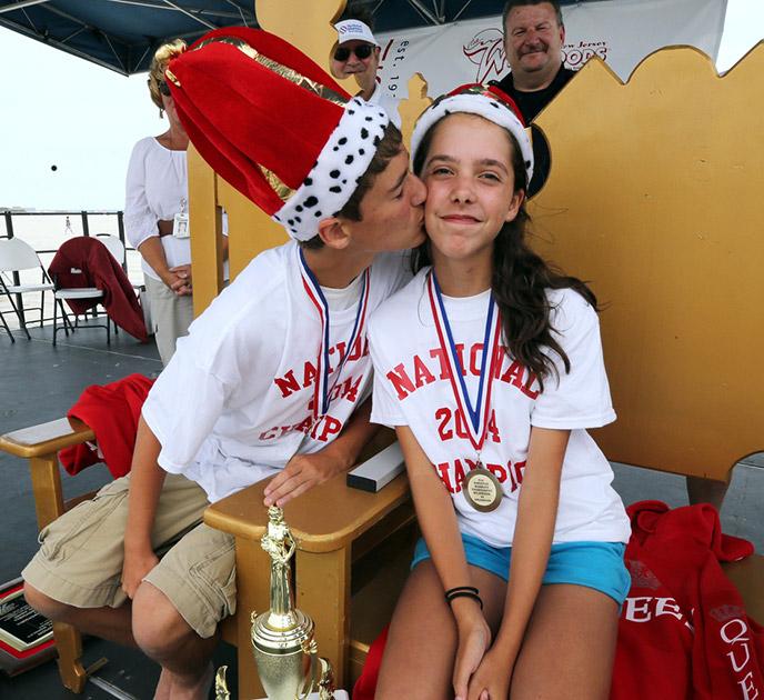 वार्षिक नेशनल मार्बल्स टूर्नामेंट के चैंपियनशिप राउंड के बाद पुरुष वर्ग के विजेता डॉमिनिक और महिला वर्ग की विजेता मेरीलिन फिशर।