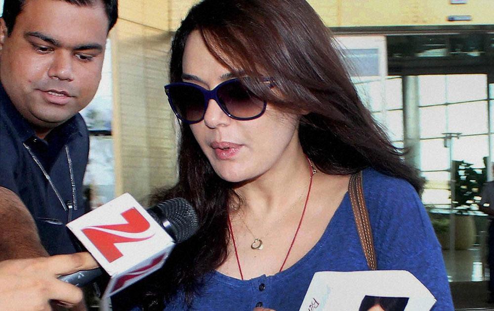 अमेरिका से लौटने पर मुंबई एयरपोर्ट पर अभिनेत्री प्रीति जिंटा