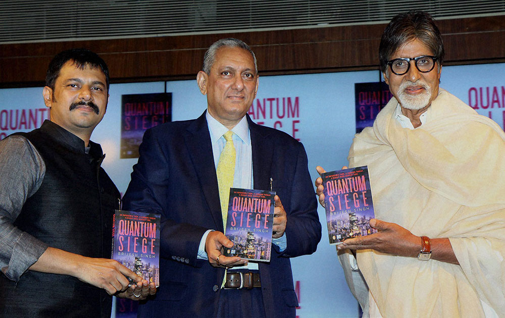 मुंबई में 'क्वांटम सीज' के विमोचन के मौके पर अमिताभ बच्चन, मुंबई के पुलिस कमिश्नर राकेश मारिया और आईपीएस बृजेश सिंह।