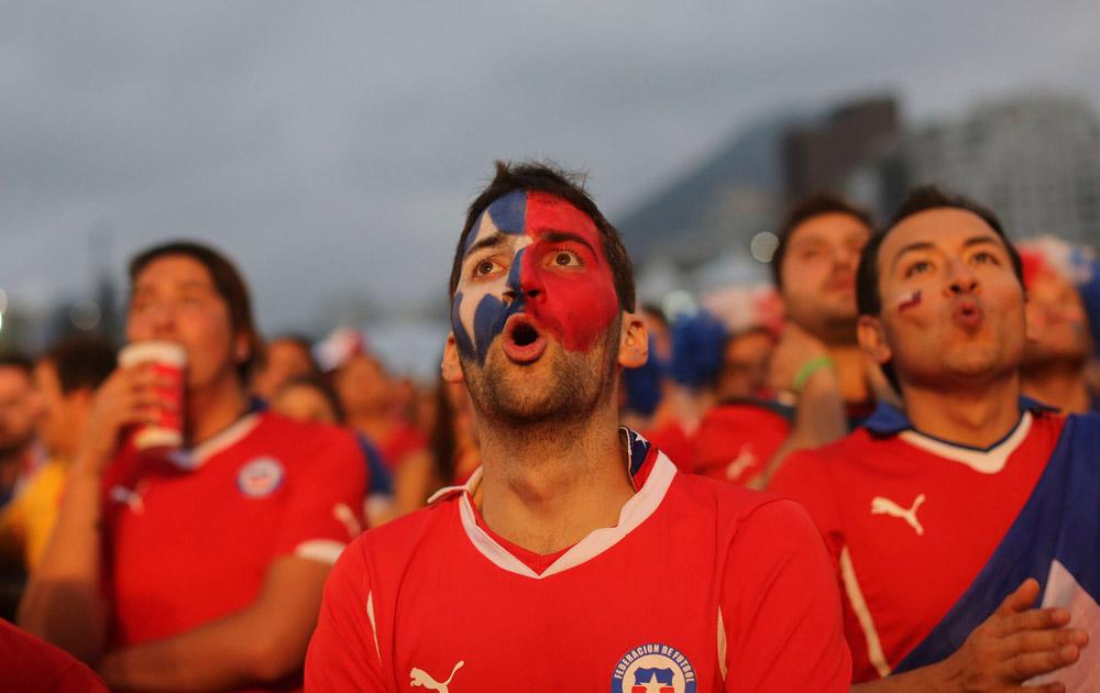 ब्राजील में एक मैच के दौरान उत्साहित होते फैंस।