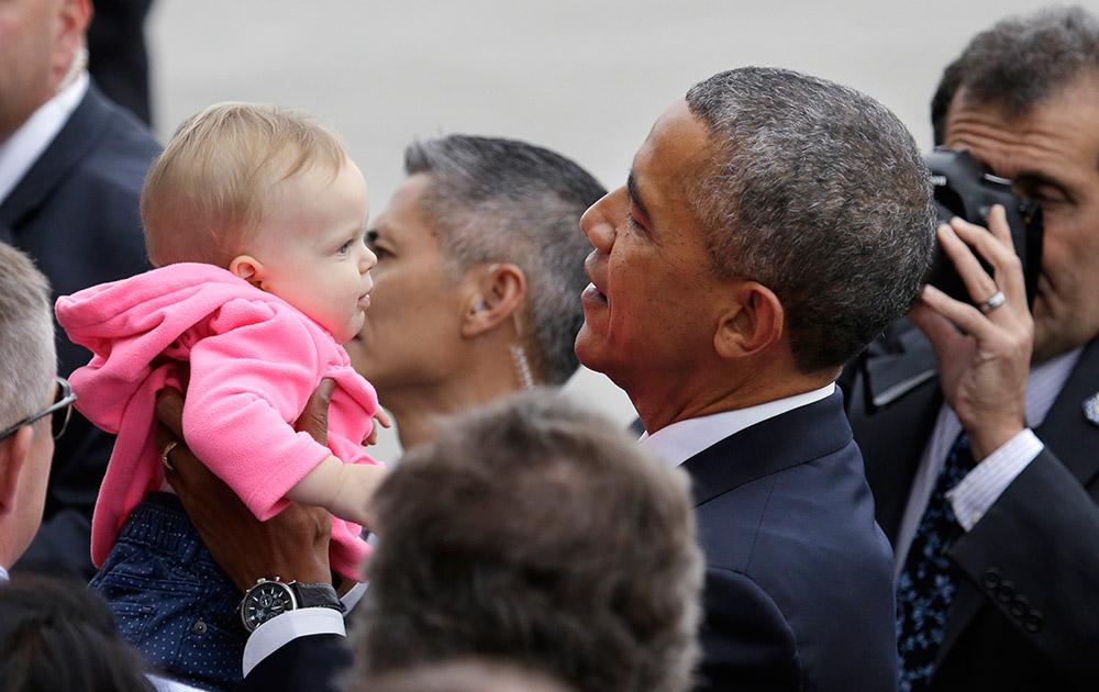सिएटल में अमेरिकी राष्ट्रपति बराक ओबामा एक बच्चे के साथ।