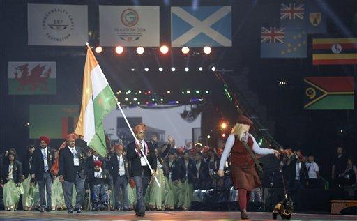 स्काटलैंड: ग्लासगो में कॉमनवेल्थ गेम्स 2014 की ओपनिंग सेरेमनी के दौरान परेड में सबसे पहले स्टेडियम पहुंचा भारतीय दल। विजय कुमार ने दल की अगुवाई की।