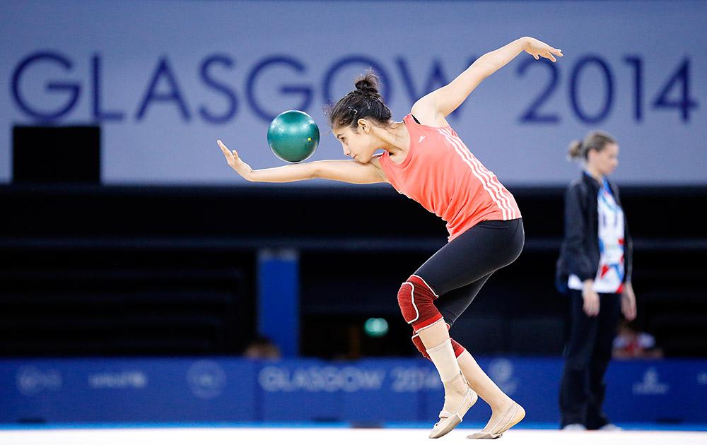 स्काटलैंड: ग्लासगो में कॉमनवेल्थ गेम्स की शुरुआत से एक दिन पहले रिदमिक जिमनास्टिक का अभ्यास करती एक एथलीट।