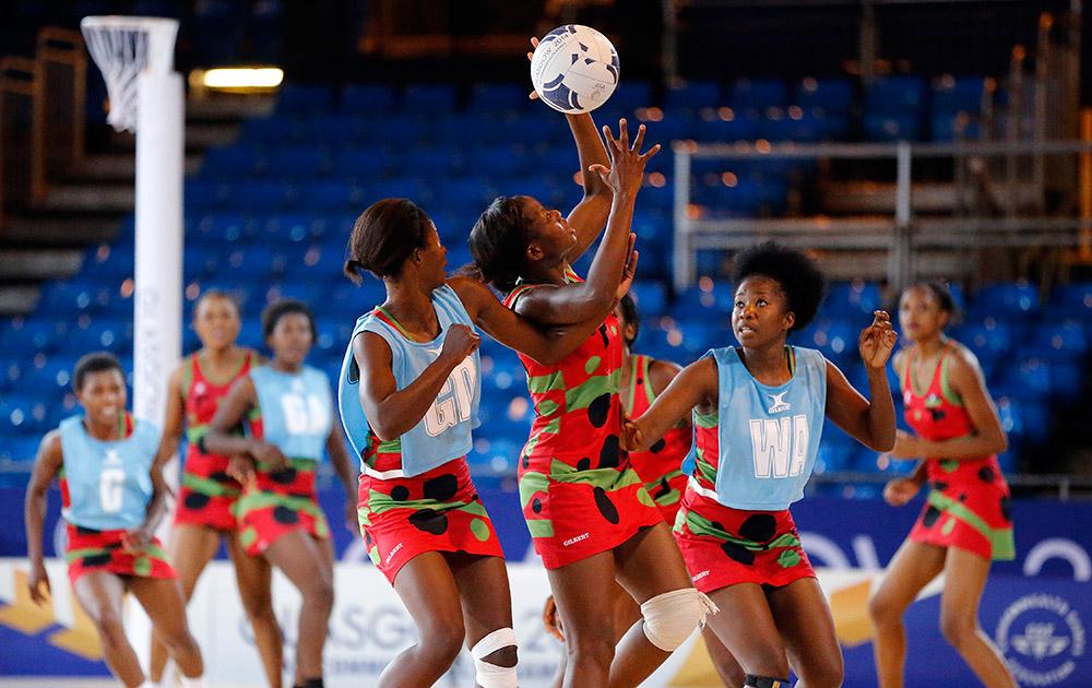 स्काटलैंड: ग्लासगो में कॉमनवेल्थ गेम्स 2014 के एक दिन पहले मालावी के खिलाड़ी नेटबॉल का अभ्यास करते हुए।