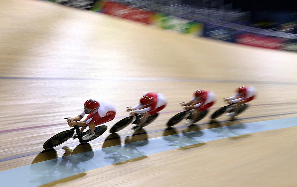 स्काटलैंड: ग्लासगो में कॉमनवेल्थ गेम्स 2014 के तहत अभ्यास सत्र के दौरान इंग्लैंड के ब्रेडले विगिंस अपनी साइकिलिंग टीम के साथ।