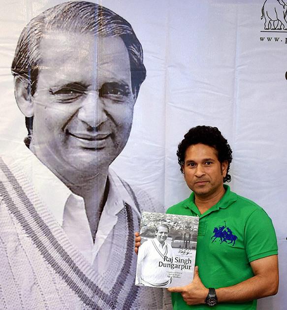 मुंबई में 'राज सिंह डूंगरपूर-ए ट्रिब्यट' पुस्तक लॉन्चिंग के मौके पर सचिन तेंदुलकर।