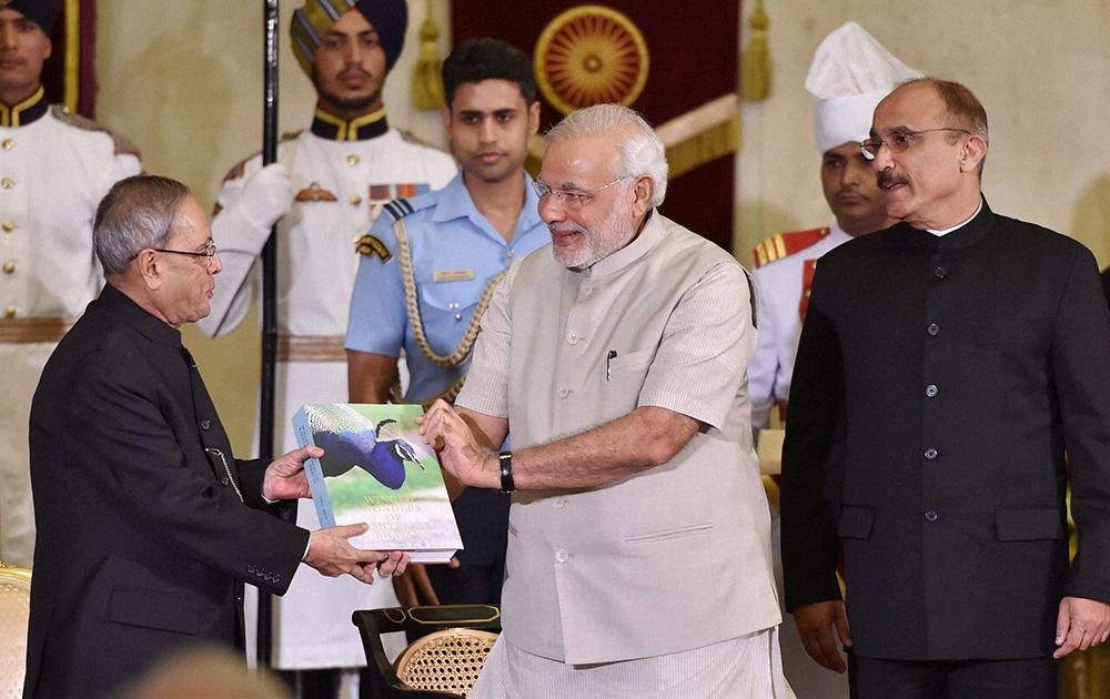 नई दिल्ली में राष्ट्रपति भवन में एक पुस्तक की लॉन्चिंग के मौक पर राष्ट्रपति प्रणब मुखर्जी और प्रधानमंत्री नरेंद्र मोदी।