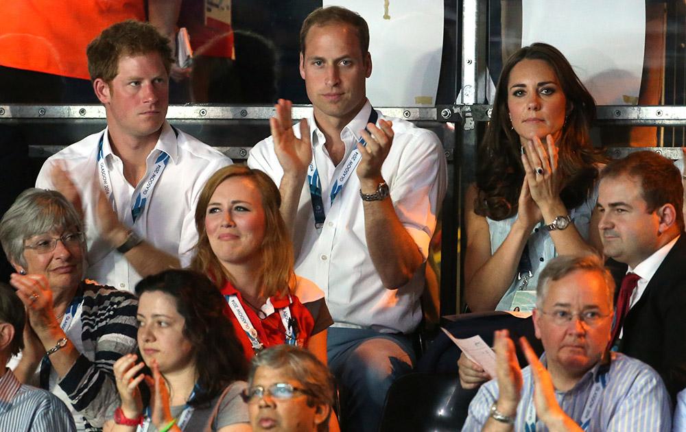 ग्लासगो : कॉमनवेल्थ गेम्स 2014 के तहत एक बॉक्सिंग मुकाबले के दौरान ब्रिटेन के प्रिंस विलियम, उनकी पत्नी केट और प्रिंस हैरी।