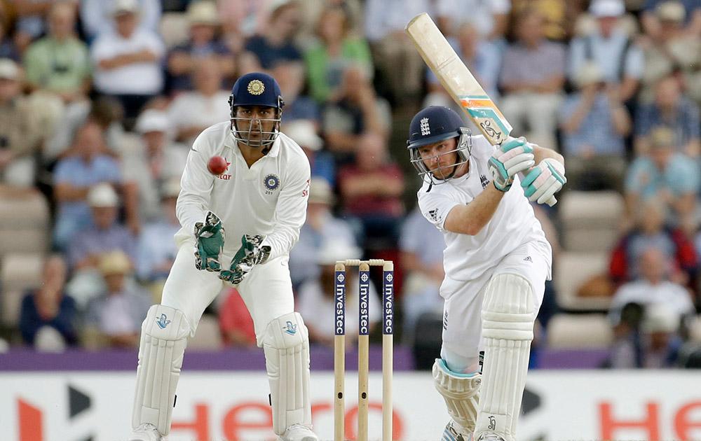 इंग्लैंड: साउथेम्पटन में तीसरे टेस्ट मैच के दूसरे दिन इयान बेल शॉट लगाते हुए और भारतीय कप्तान महेंद्र सिंह धोनी इसे देखते हुए।